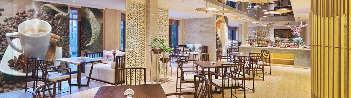 Restaurant mit einer großen Schiebegardine am Schaufenster. Darauf ein Kaffeemotiv