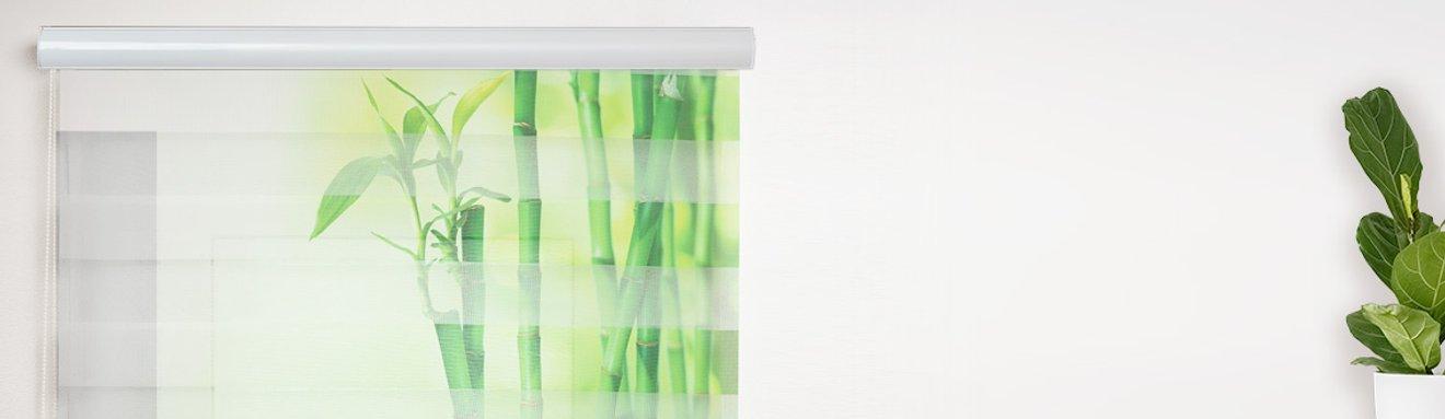 Bedrucktes Doppelrollo mit Bambus-Motiv am Fenster