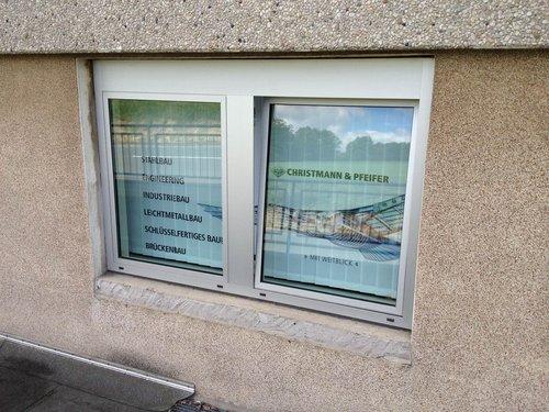 Foto Vertikalvorhang bedruckt mit Werbung nach außen